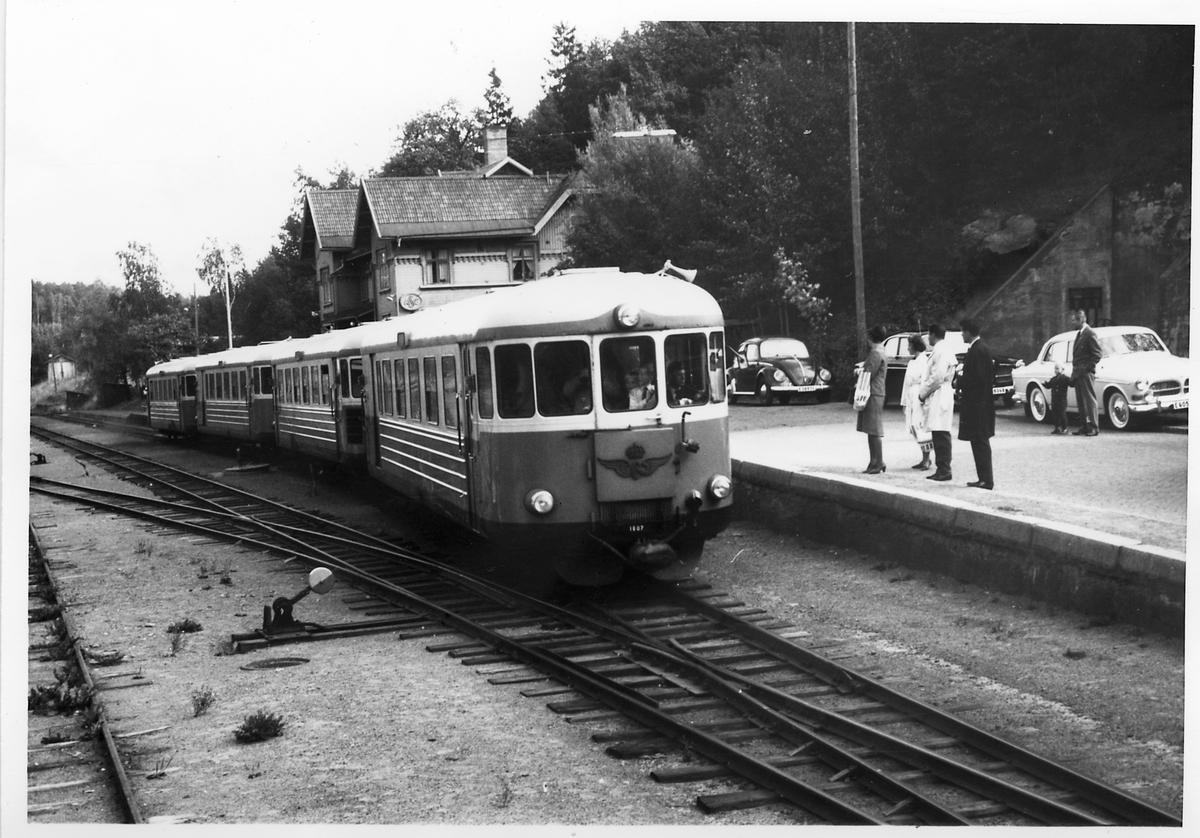 Statens järnvägar, SJ UBFo3yp 1807. Sista dagens persontåg vid Valdemarsviks station.