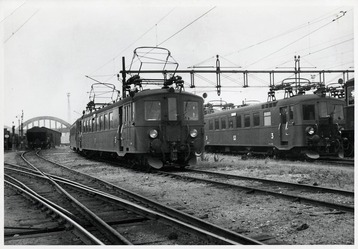 Motorvagn Statens järnvägar SJ Xoa-4, med tillkopplad mellanvagn och manövervagn. Trafikerade linjen Malmö-Lund. Här vid Malmö centralstations bangård.