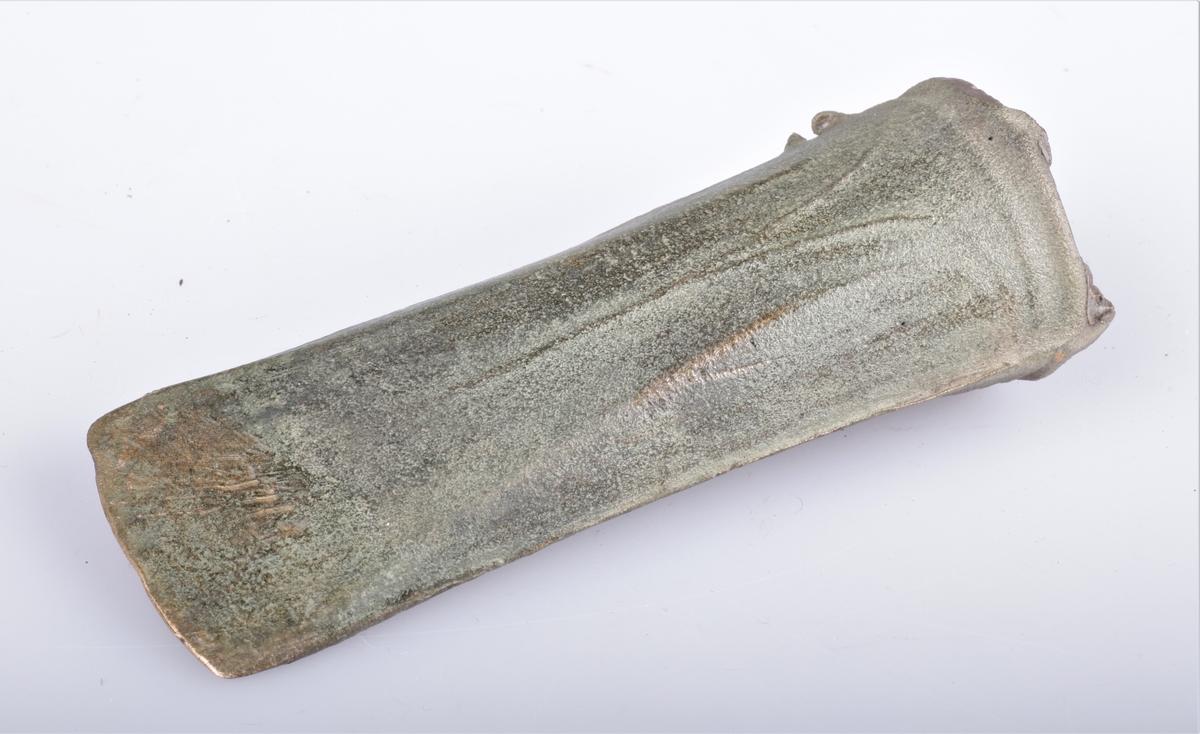 Holøks (celt) av bronse fra eldre bronsealder av typen Rygh 96, funnet på Alfstad i 1889.