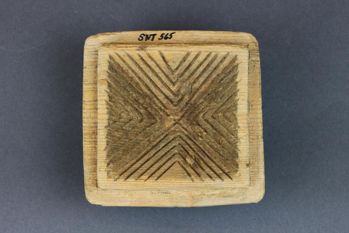 Ulike mønstre på de 4 delene, ornamentalsk og plantemotiv, fiskebensmønster innvendig på hatten