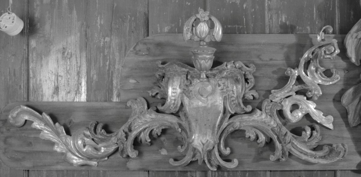 Akantus slynger, glatt midtfeldt kront av urne