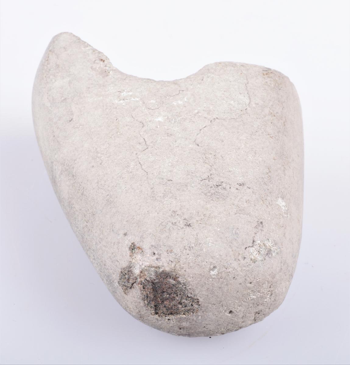 Nakkestykket av steinøks med skafthul, pent avrundet. Funnet på Hårstad, Balke s. Ø. Toten. Fra yngre steinalder