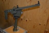 Tripod (trästativ) på vilken målangivaren är fästad.  Gradskiva med bäringsmarkering och index. Pistolhantag vilket är rörligt i höjd och sidled. Kabel mellan målangivare och sikteskärra. Korn och sikte för grovriktning.  Handhavande. När ett mål upptäcks av observatören vid målangivaren riktar han pistolen mot målet så att det framträder på operatörsenhetens TV-monitor.