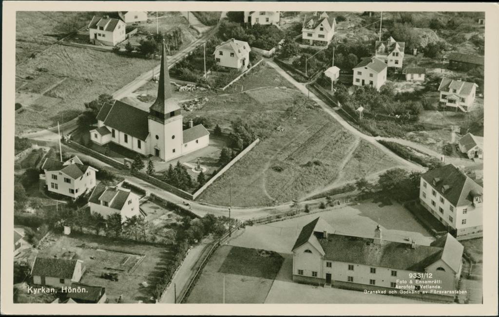 Flygfoto över Hönö med kyrkan och det omkringliggande samhället.