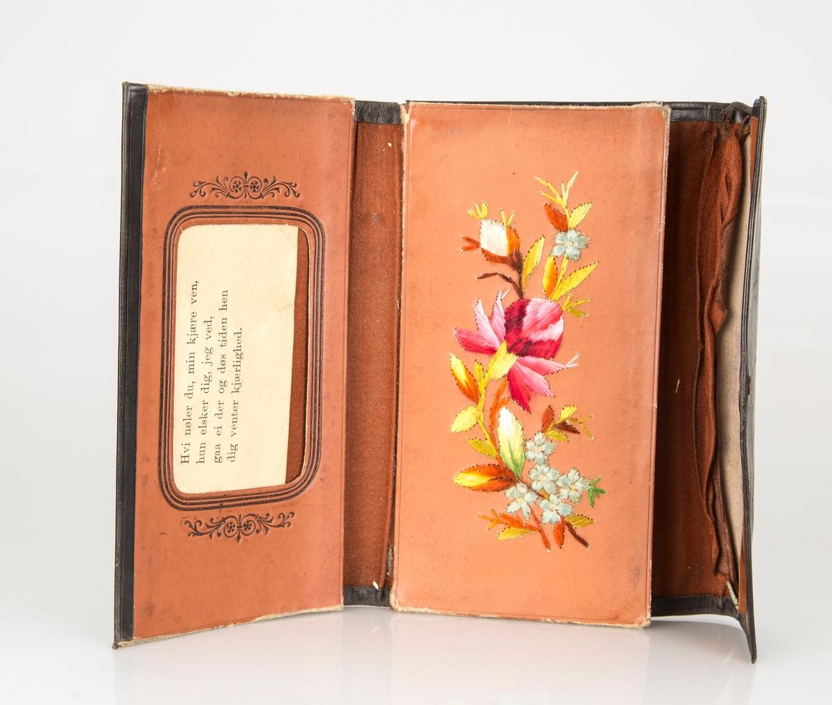 firkantet mappe /lommebok med klaff med låsanordning. Inneholder 2 brev fra broren Tom og noen kort med dyremotiv. Amundsen. Broderi på innsiden.