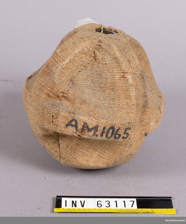 Grupp F II.  1800-tal. Överdragen med säck för lyssatsens bevarande.