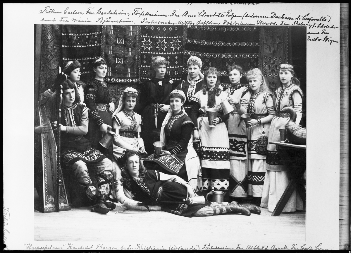 Basar i Stockholms börshus 1885 till förmån för Artur Hazelius och Nordiska museet. Deltagarna är klädda i fornnordiska dräkter kompomnerade av Hanna Winge i starka färger och med drakslingor och geometriska mönsterbårder. Bland deltagarna var Calla Curmann, som satt i ledningen för det nyligen bildade Handarbetets vänner, i vars ateljé dräkterna tillverkats. Övriga kvinnor i gruppen var bland andra Ann-Charlotte Edgren Leffler, Sonya Kovalevsky, Signe Mittag-Leffler, Anna Scholander, Ellen Key och Alfhild Agrell.