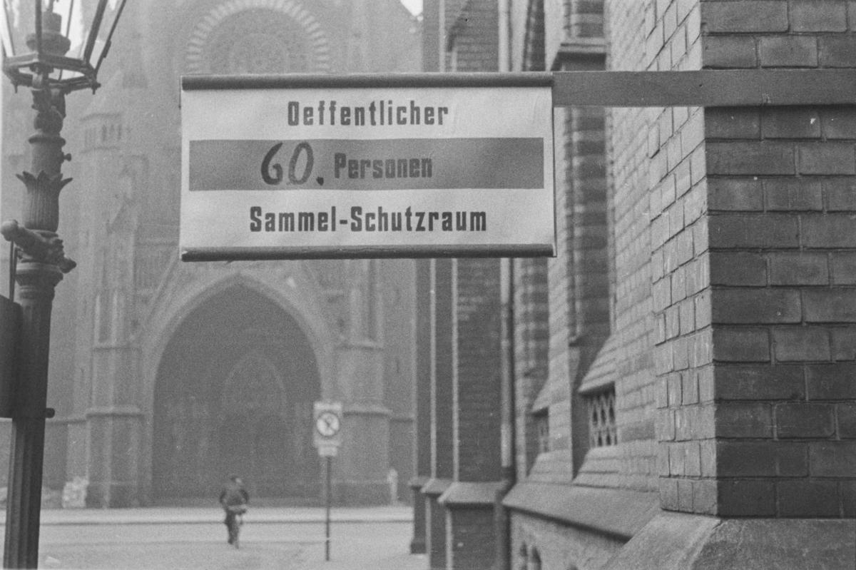 Skilt som viser vei til tilfluktsrom, Schutzraum, for 60 personer i Hannover i Tyskland