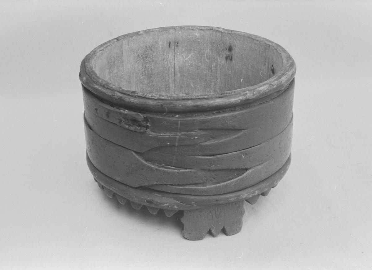 Rund trekopp som er både lagget og sveipet. Innsiden består av staver og utsiden er sveipet never