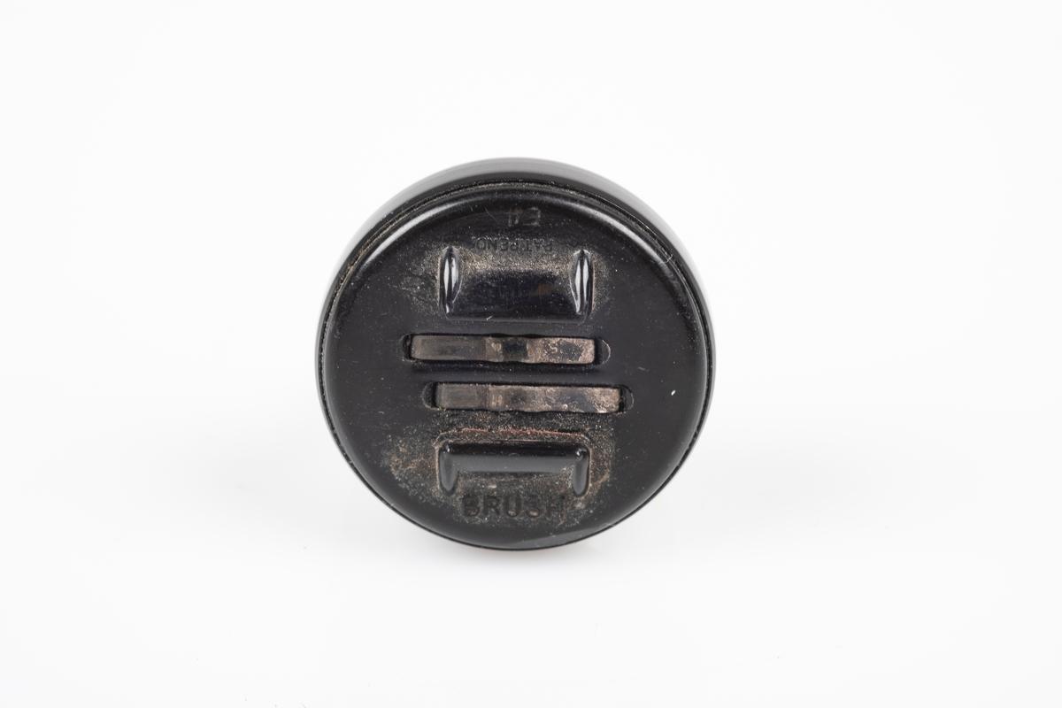 En av to ørepropper som kobles til en ledning. Den er i svart og gjennomsiktig plast.