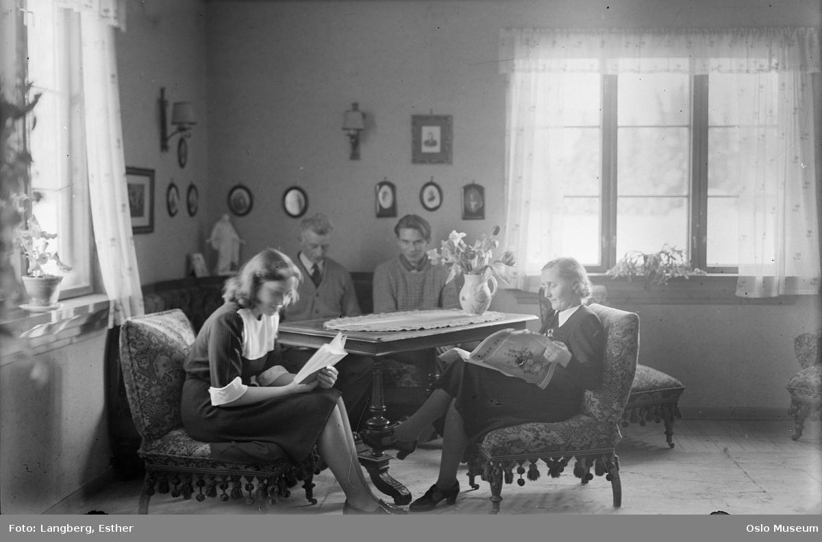 Sutterhol gård, bolighus, interiør, stue, kvinner, mann, lesning