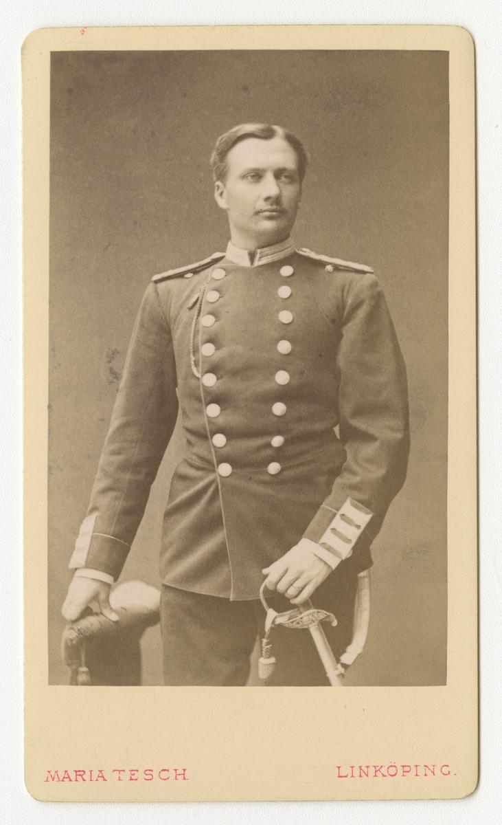 Porträtt av Folke Adolf Iwan Egerström, officer vid Andra livgrenadjärregementet I 5.  Se även bild AMA.0002147 och AMA.0009437.