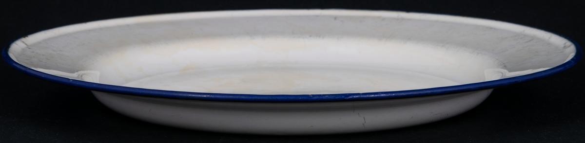 Tallrik, vit emalj med blå kant. På undersidan märket; KOCKUMS SWEDEN 24cm.