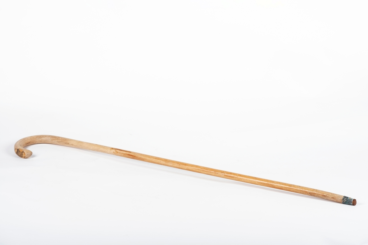 Stokken har jevn tykkelse, men blir bredere øverst, hvor den krummer seg i et håndtak. Ved enden av håndtaket sitter en hvit plastskive med sorte striper. Nederst er tuppen dekket med metall, forsterkningen festet til tuppen med en spiker.