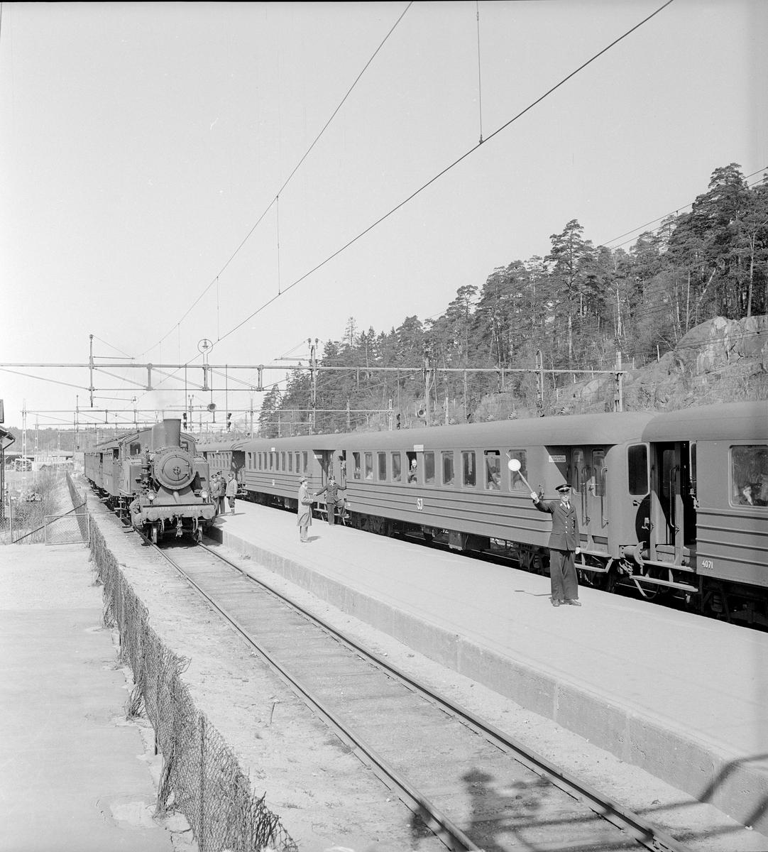 Signal för avgång. Statens Järnvägar, SJ B6G-vagnar. Ångloket till vänster är SJ S10 1726.