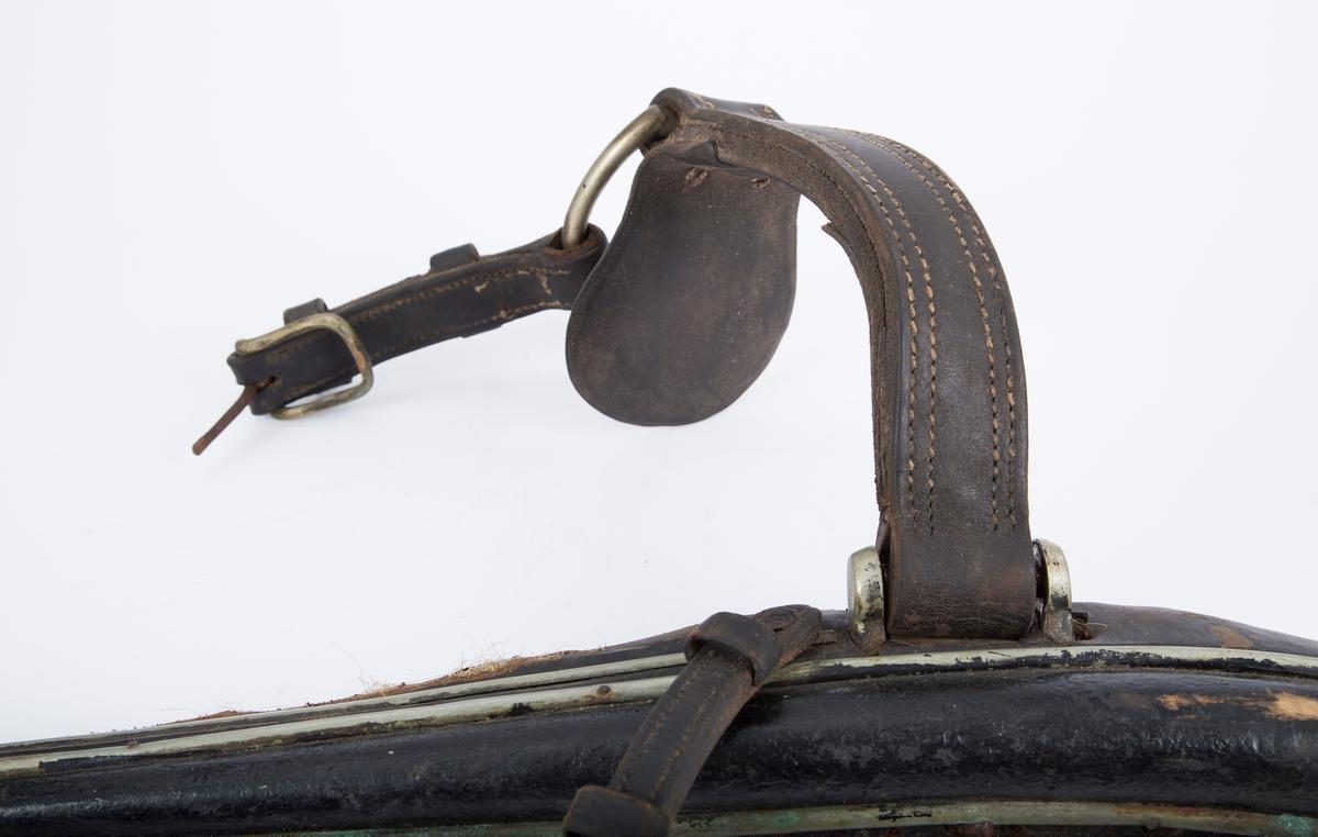 Seletøy til hest. Et sett bogtre (to deler A og B),  med løs lærrem (C).