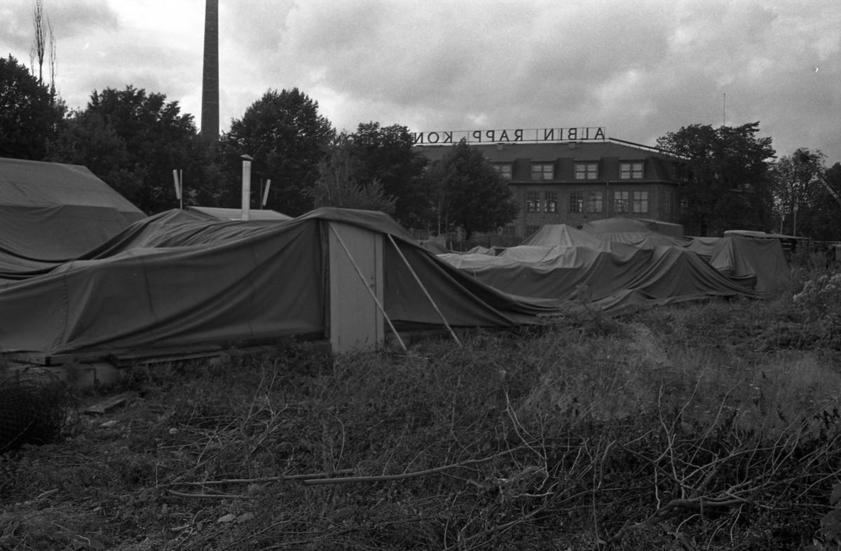 Överskottsförsäljningens plasthall har rasat. I bakgrunden ses baksidan av Albin Rapps konfektionsfabrik