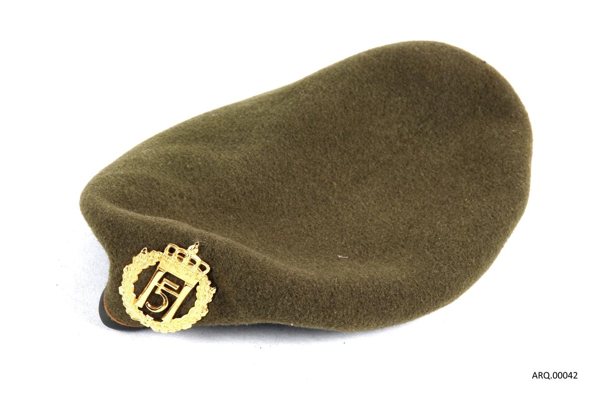 Militærgrønn beret kantet med lær og med kongemerket (H5) i front..
