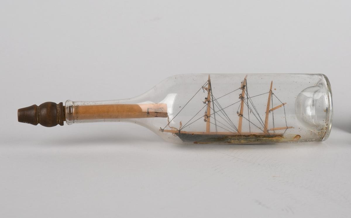 Bark uten seilføring med lang trekork med tverrlås merket. o.k. samt årstall 1889.