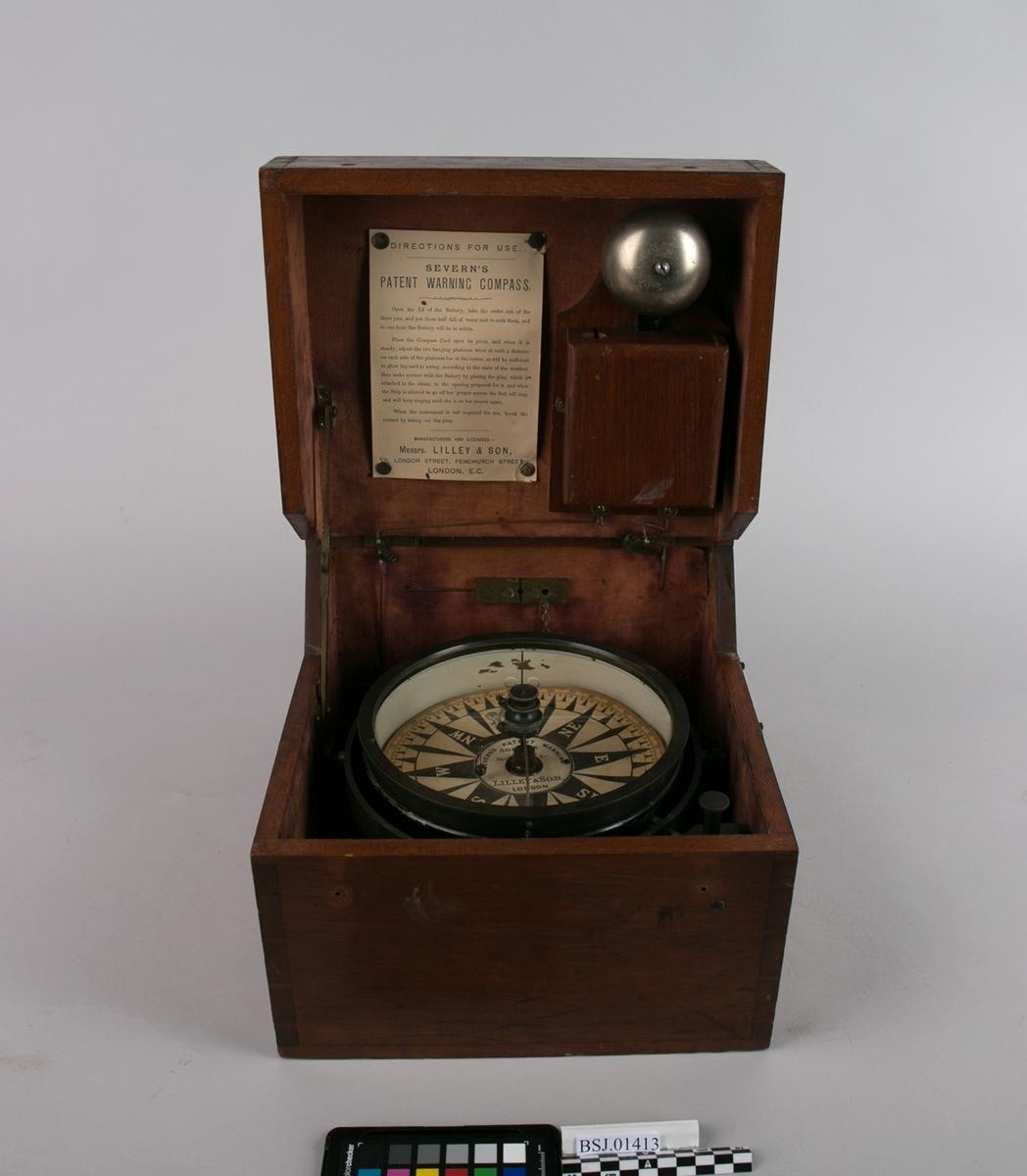 Kompass. Sladrekompass type Severin`s patent warning compass i slingrebøyle montert i trekasse med ringeklokke og batteri (batteri er fjernet).