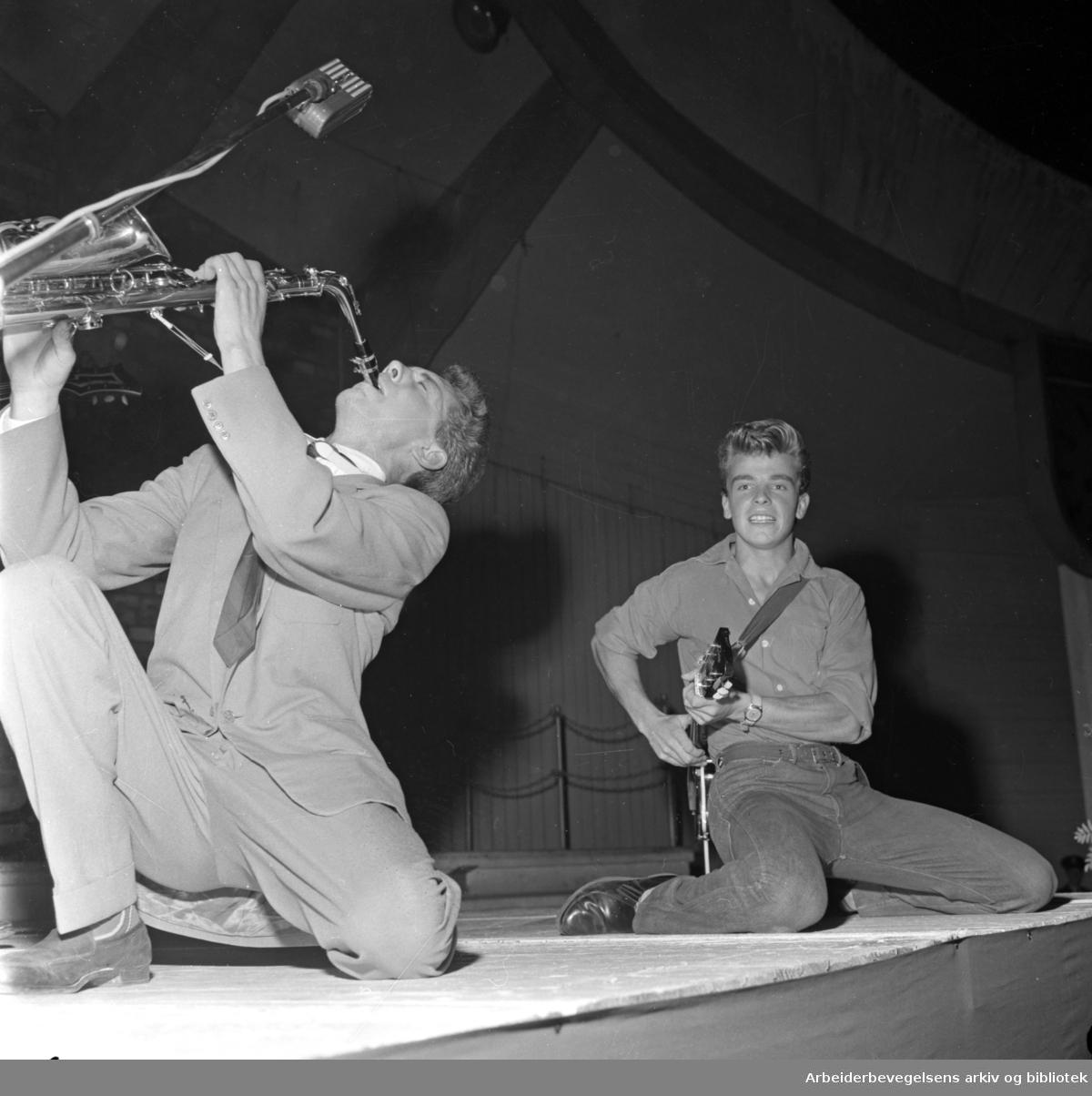 """""""Smiling Tommy"""" - Odd Gisløy - konkurrerer om å bli Oslos rocke-konge på Jordal Amfi, 4. september 1958"""