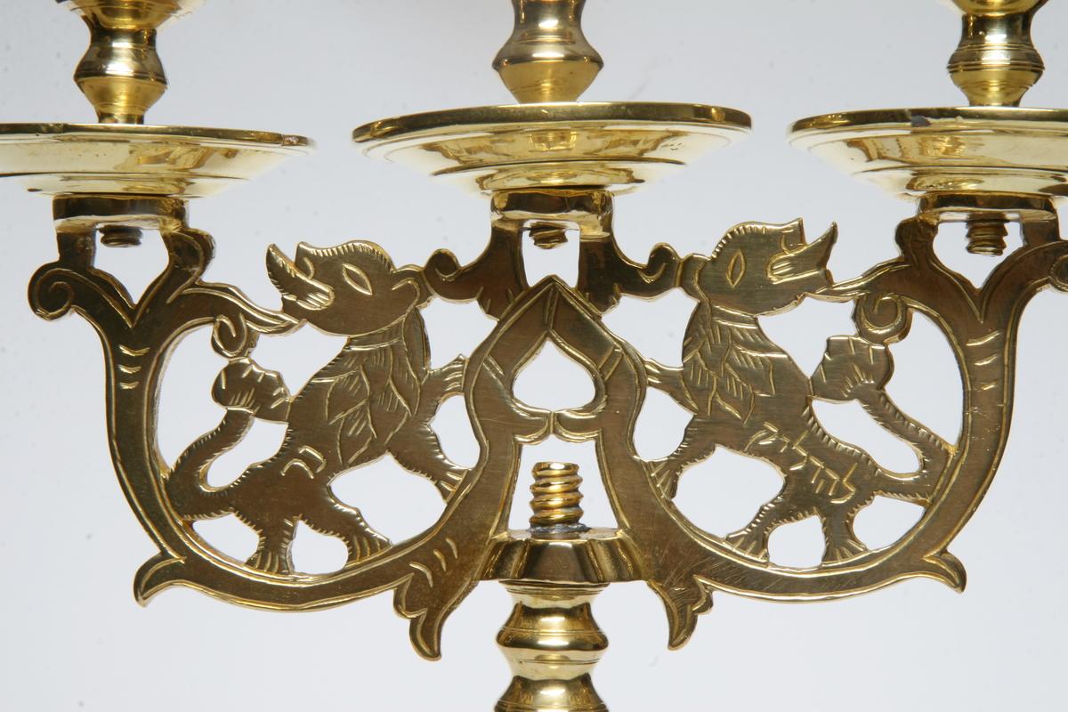 Trearmet, med gjennombrutt skaft, gravert, me to løvefigurer. Noe forskjellig fra AS.310574.