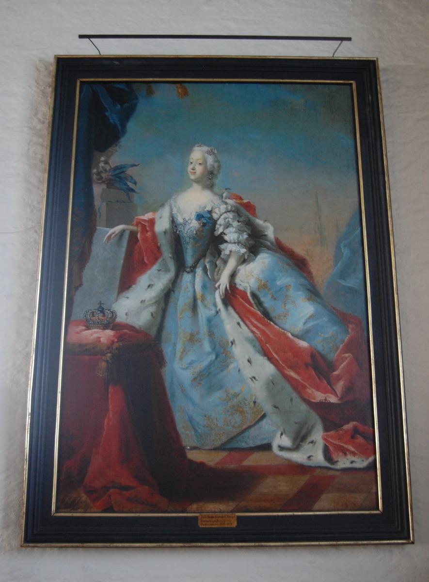 Portrett av dronning Louise, gift med kong Fredrik V av Danmark, i helfigur, står på en balkong, kledd i blå kjole og rød kåpe med hermelinpels.