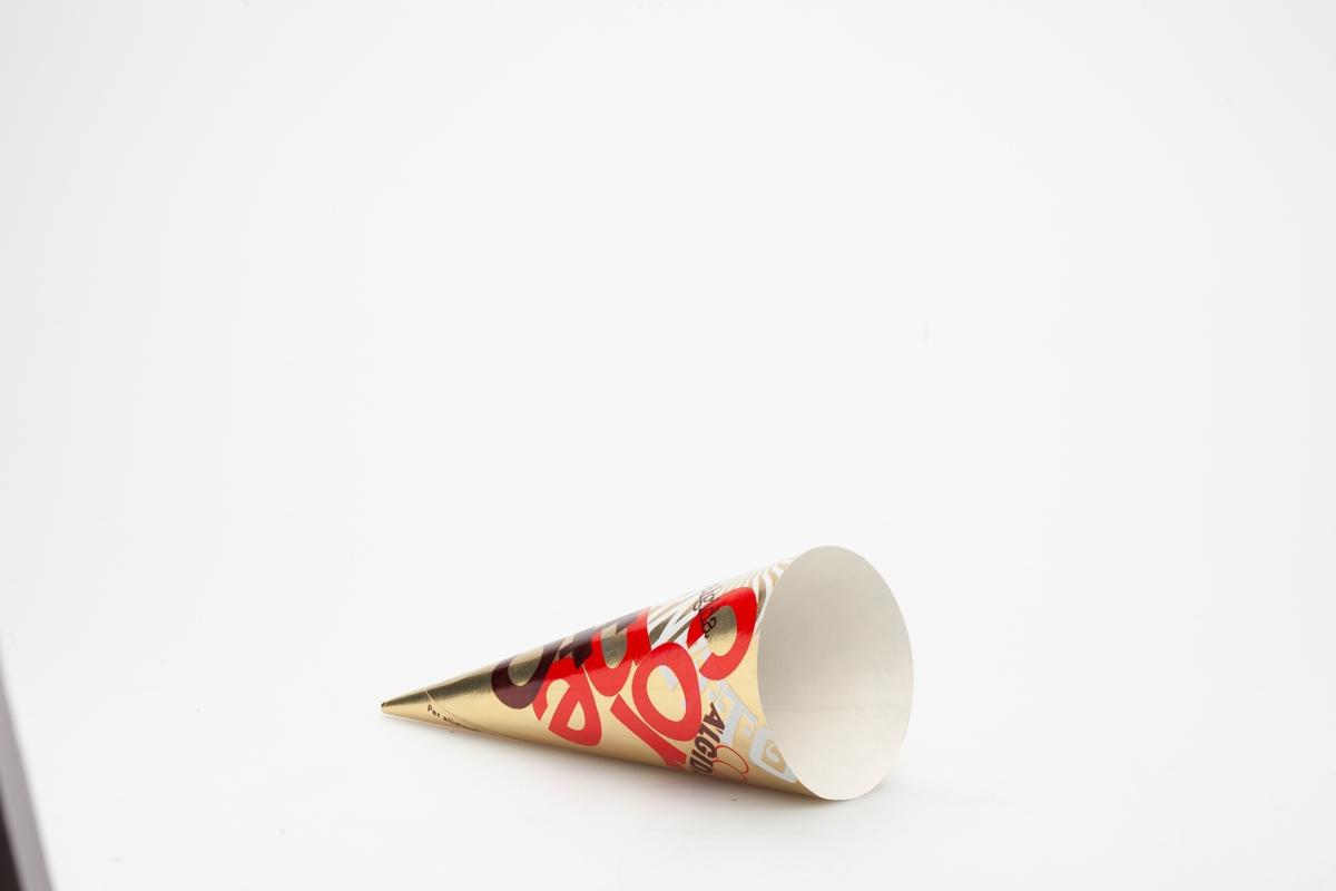 Kjegleformet iskrempapir (kremmerhus) i aluminium. Kremmerhuset er med farger på utsiden, og matt uten farge (hvit) på innsiden. Iskrempapiret har gull som bakgrunnsfarge, med skrift i ulike farger og størrelser fordelt over hele kremmerhuset.