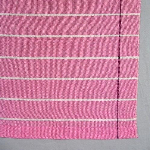Gardin vävd i tuskaft med inslagsflottering i tvåtrådigt bomullsgarn. Varpen är blekt med svart rand i kanten. Inslaget är färgat med smala ränder i blekt. Det är inslagsflotteringar i de blekta ränderna. Inslaget är blågrönt (turkost)i inv.nr. 0017.1 och rosa i inv.nr. 0017:2. Se även inv.nr.0017:3 Vävprov i gult.  Den rosa gardinen med inv.nr 0017:2 är 1600 mm lång och 890 mm bred. Den turkos gardinen med inv. nr 0017:1 är 2480 mm lång och 890 mm bred Gardinen med modellnamn Jalusi är formgiven av Ann-Mari Nilsson och tillverkad av Länshemslöjden Skaraborg. Den finns med  på sidan 42-43 i vävboken Inredningsvävar av Ann-Mari Nilsson i samarbete med Länshemslöjden Skaraborg från 1987, ICA Bokförlag. Det är en tunn och tät kvalitet. Se även inv.nr. 0001-0016,0017:3,0018-0040.