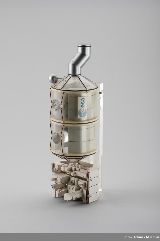 Modell montert på bordstativ, til dels løsnet fra stativ.