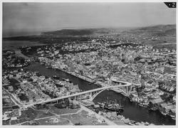 Fugleperspektiv over byen sett mot nord, 1947.
