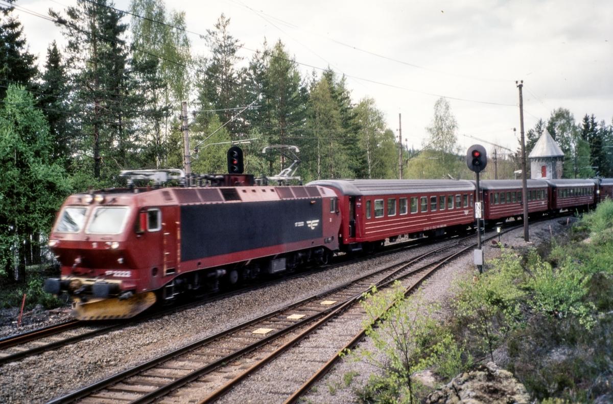 Elektrisk lokomotiv El 17 2222 persontog fra Gjøvik på Stryken stasjon