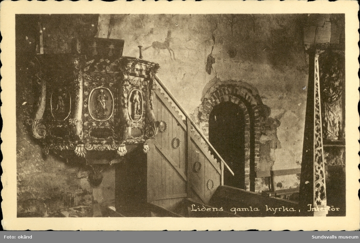 Vykort med motiv över interiören i  Lidens gamla kyrka.