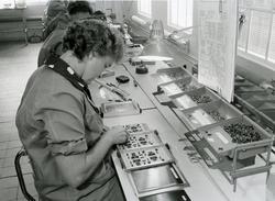 Essi montasje. Her monterer jentene datakort til skapene.