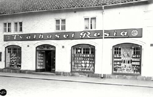 """Troligen uppfört under 1700-talets första hälft av borgmästare Sören Sörenssen. Skyltfönstren tillkom 1924-1926. (försl.t.bev.pl 2).  Affären """"Tvålhuset Resia""""."""