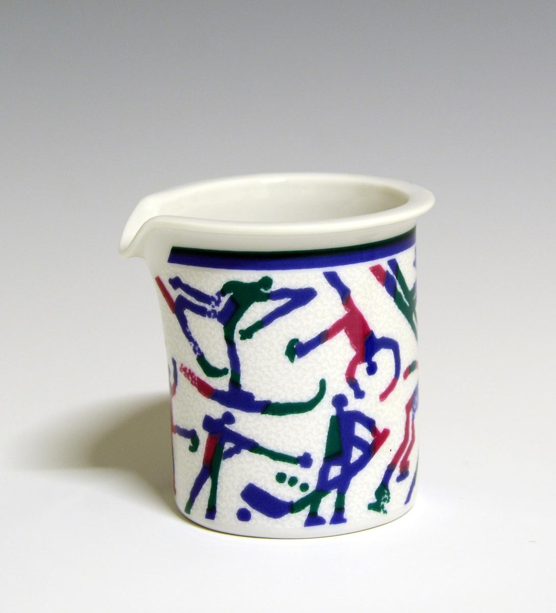 Fløtemugge av porselen. Hvit glasur. Uten hank. Dekorert med den offisielle dekoren til Lillehammer OL 1994, helleristningsinspirerte figurer i ulike vintersportsaktiviteter. Modell: Saturn av Grete Rønning.