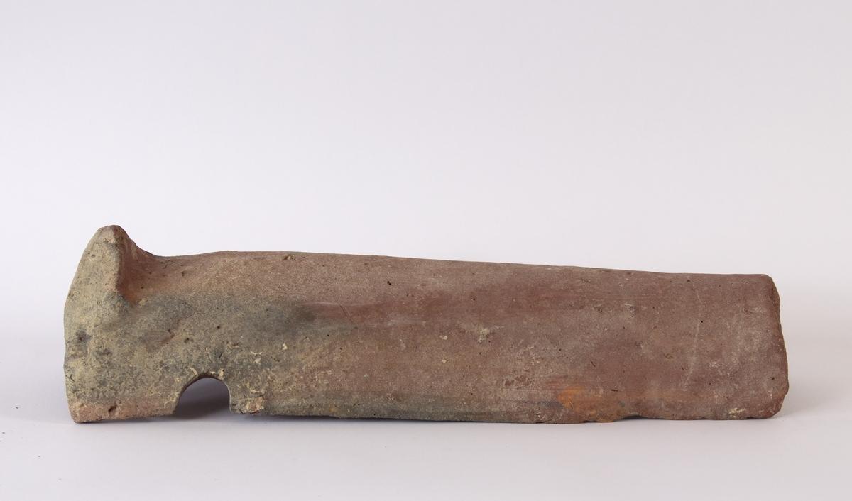 Sjøfunn: Teglpanne type nonne. Fra teglsteinlast funnet ved Flesland utenfor Bergen i 1999. Til sammen ca. 115 teglpanner av diverse typer (blant annet type nonne og munk). Datering trolig ca. 1400 - 1600 tallet.