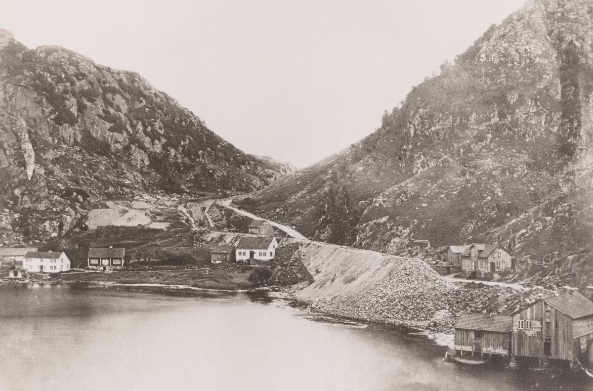 Blåfjellbanen under bygging, her ved gården Volden innenfor Rekefjord.