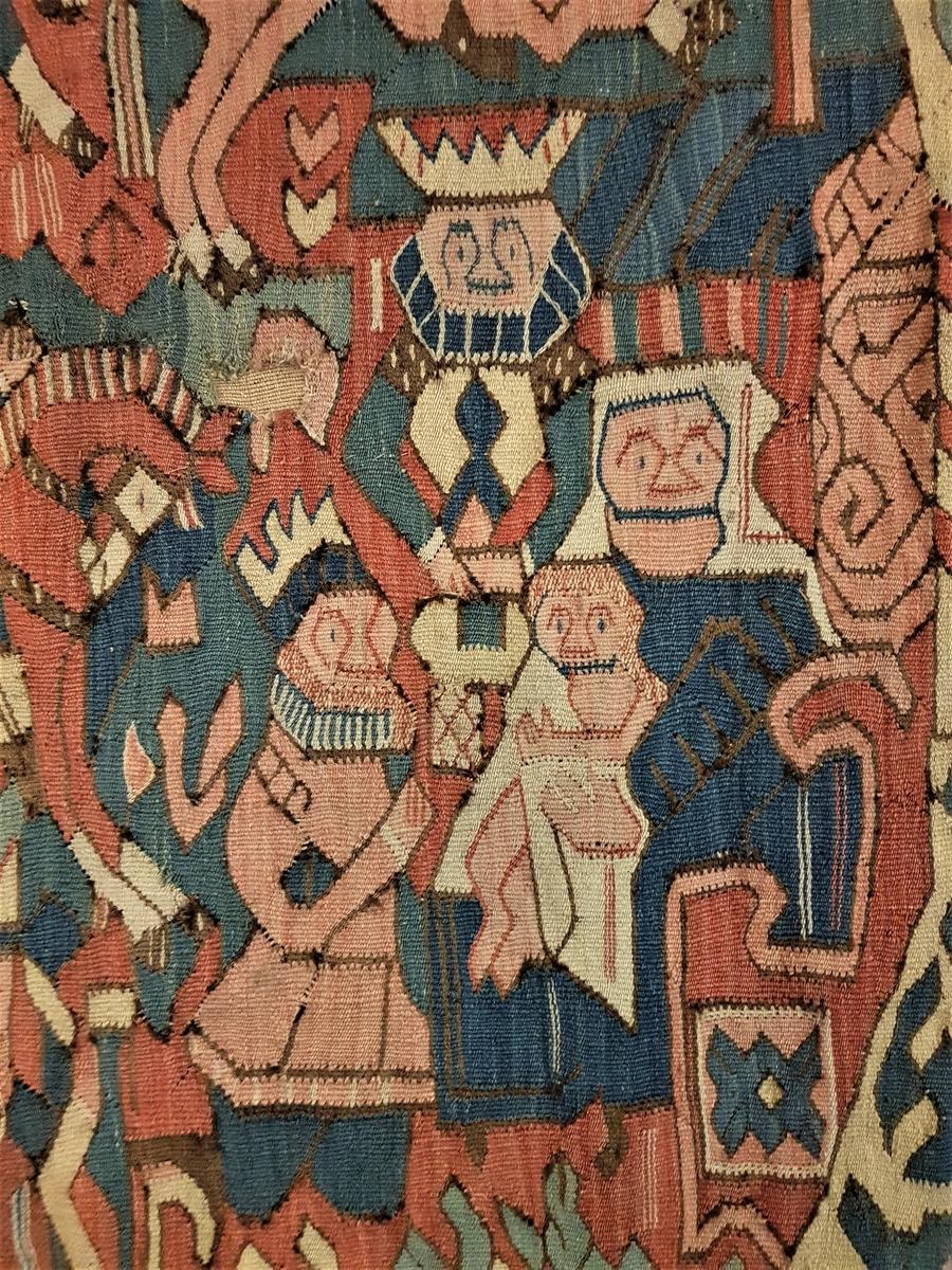 Teppets komposisjon er sammenfallende med en rekke andre, bevarte billedtepper fra samme tid og område. Alle disse har et indre billedfelt innskrevet i en nærmest oval åttekant,  som igjen er omkranset av en stram, rektangulær ramme. I alle teppene er Madonnaen, Jomfru Maria og Jesus-barnet, plassert sittende til høyre inne i billedfeltet. De hellige tre konger kommer først ridende inn fra venstre, på hver sin hest, i øvre del av teppet, for deretter å tilbe Madonnaen i nedre felt. I dette teppet har den nærmeste kongen lagt seg ned på kne foran Jesus-barnet, mens én står bak Jomfruen og den tredje, iført kappe, står helt nederst. Kongene er gammeldags antrukket i sine barokke klær fra siste del av 1500-tallet, med pipekrager og normal livlinje, men teppet antas å være fra ca. 1620-50. I den relativt brede ovale rammen, mot en benhvit bakgrunn, sees en rekke stiliserte dyr, både fabeldyr og vanlige dyr. Den ytre, rektangulære borden, er geometrisk i sitt motivvalg, der et sikksakk-mønster i kontrasterende farger danner bakgrunn for to-fargede åttebladsroser, én rose i hver trekant. Den ytre halvdelen av sikksakk-borden har blekrød bunnfarge, den indre mørk blå. I hvert hjørne av teppet er det vevd inn et ansikt mellom ytre og indre ramme. Teppet har både hull og slitasje, og er forsterket med et brunt bakgrunnsstoff. Især sees skader i hjørnene på høyre side, og langs teppets sider, der deler av den mørke ytterkanten er borte.