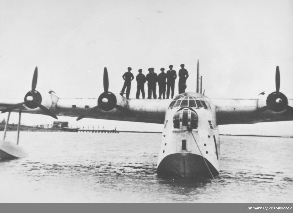 Første flyanløp Vadsø etter krigen, 11. juni 1945. Sunderland flybåt fra 330 skvadron. Kaptein Ole G. Evensen og hans mannskap fotografert på Vadsø havn anløpsdagen.