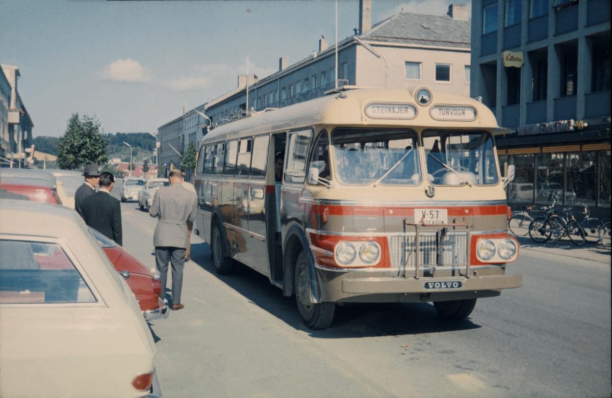 Volvo rutebil med kjennemerke V-57 i Steinkjer
