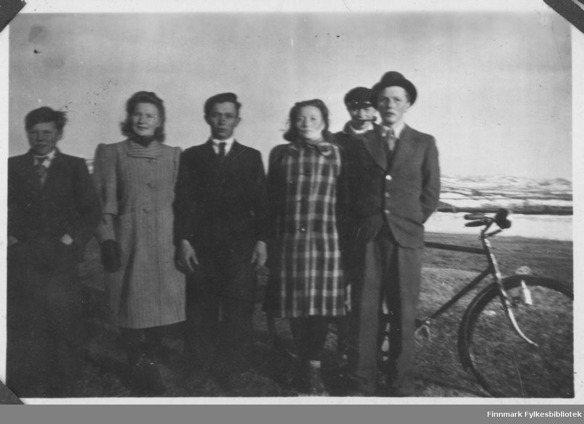 Børselv  på påsken 1944. Fra venstre: ?, Oline Hansen, Johan Johnsen, Lovise Aronsen, ? og Sigvald P. Nilsen.