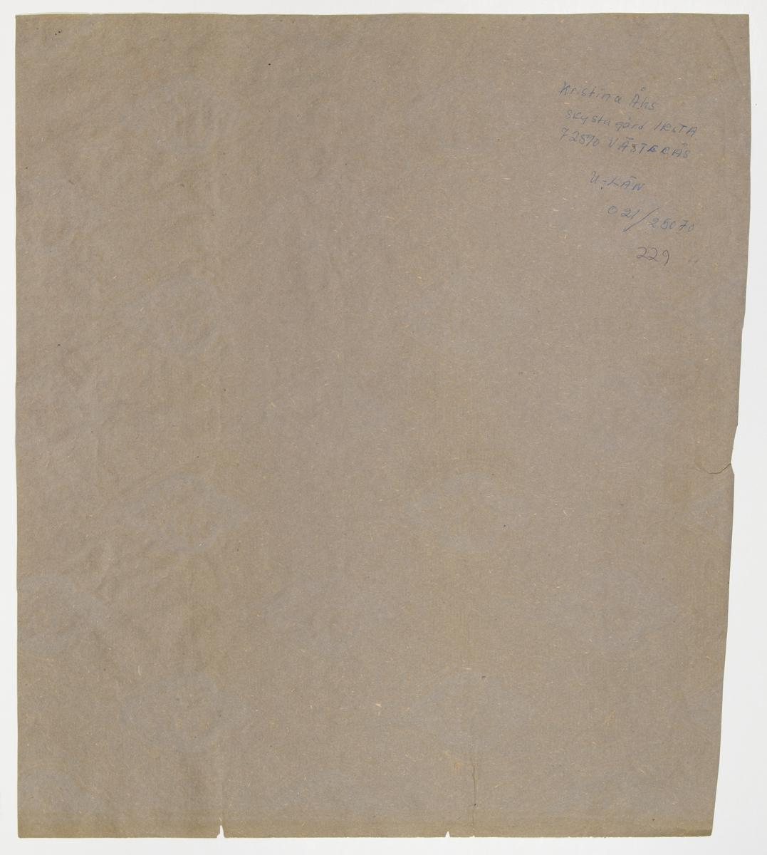 Grått genomfärgat papper med ett medaljongmönster, där varje medaljong innehåller en ros och är dekorerad med franska liljan. En växtranka breder ut sig runt mönsterdelarna. Tryck i vitt och vinrött.