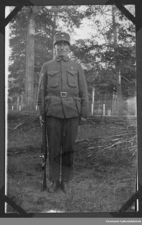 Hans P. Johansen i militæruniform i Finnmark, kanskje i Alta eller i Porsanger, antakelig før krigen.