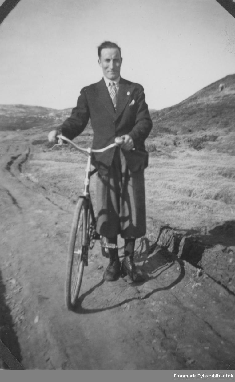 Hans Sandeng med sin sykkel i Børselv på 1940-tallet.