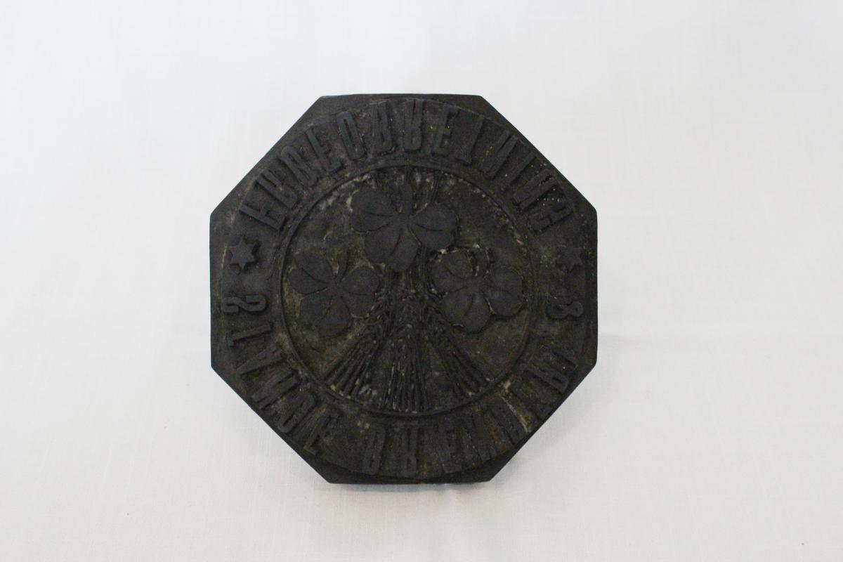 Stempelet er merket med Stange Brænderi og Frøforretning. I tillegg emblemet i midten med korn og kløver.   Fra samlingen etter Ole Gjestvang.