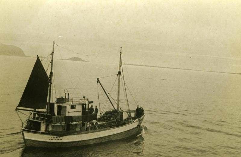 Fiskeskøyte i fart