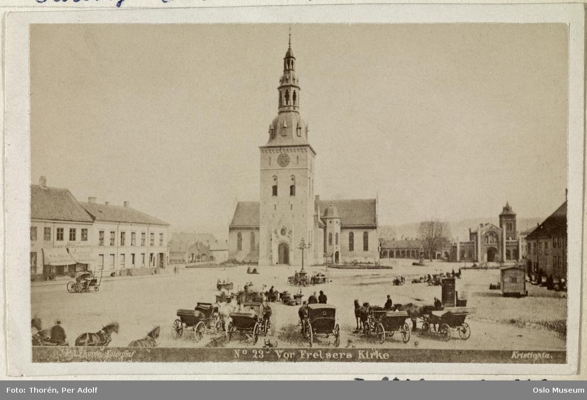 torg, Vår Frelsers kirke, hestekjøretøyer, gatebelysning, Fiat Lux, bygårder