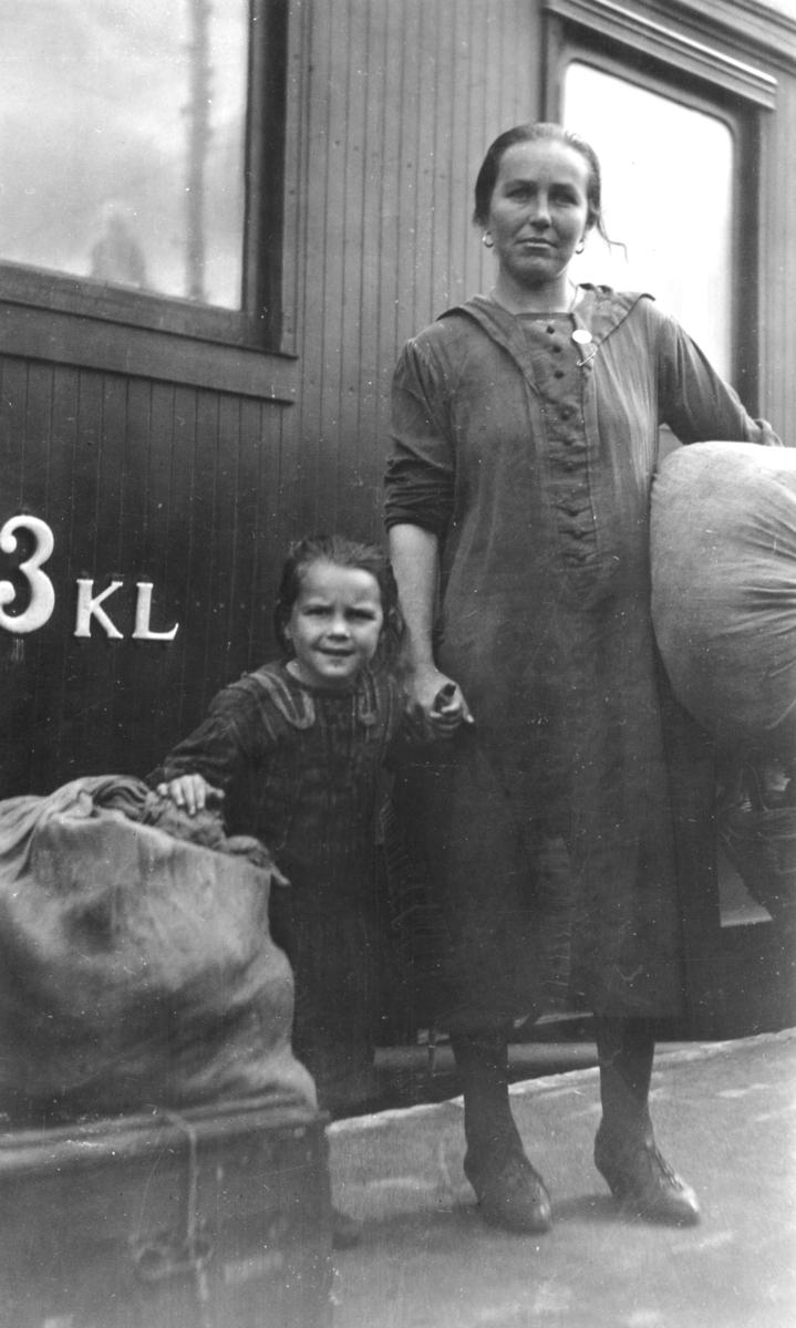 Svenskbybornas ankomst med tåg till Jönköpings station den 2 augusti 1929. På perrongen står änkan Melitta Knutas, född Felsing, med sin dotter.