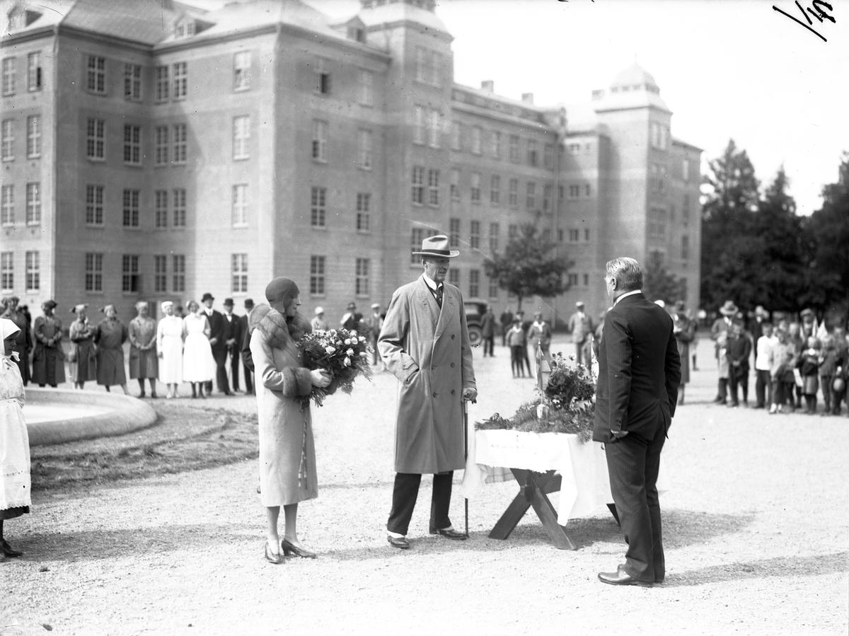 Prins Carl och prinsessan Louise samt svenskbybornas ledare skolläraren Kristoffer Hoas framför kasernbyggnaden på Ryhov i Jönköping.